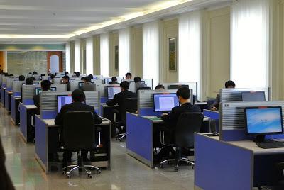 在使用电脑的朝鲜人