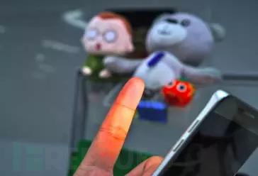 普通相机拍下的带有手指的照片